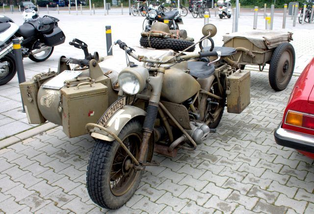 BMW R75 con sidecar marrón